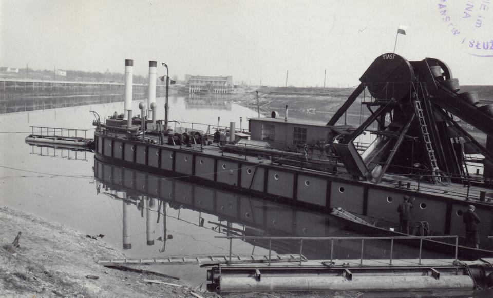 """Pogłębiarka """"Piast"""" bagrująca dno portu rzecznego Kujawy w 1950 r."""