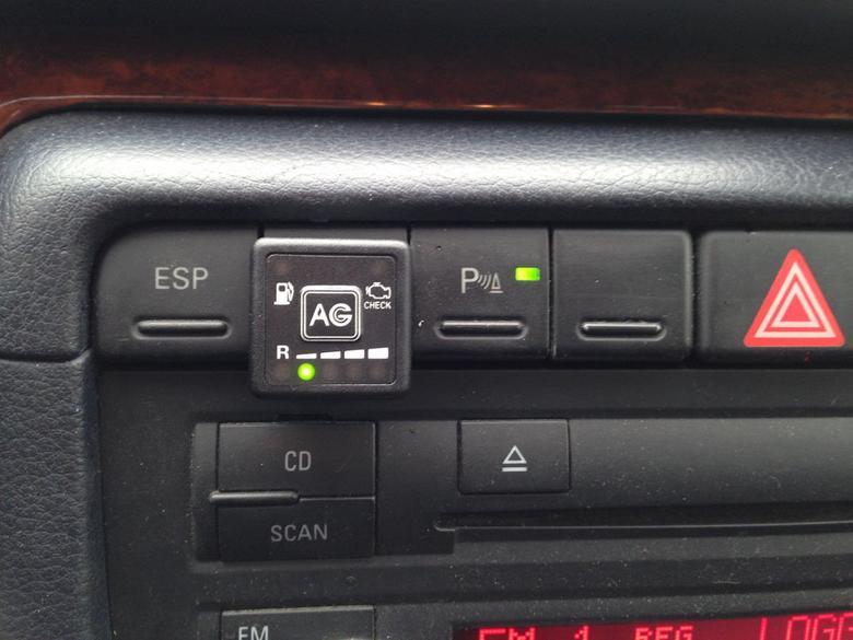 Jedyną modyfikacją we wnętrzu Audi A4 jest montaż włącznika instalacji LPG.
