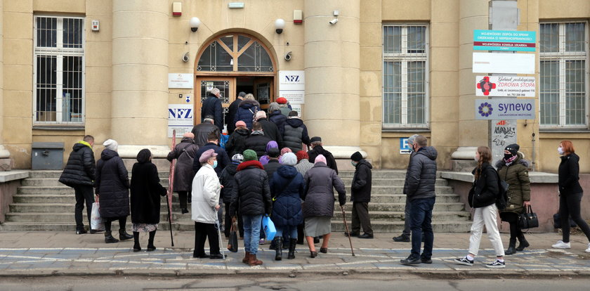 Kolejka do szczepień na covid w Łodzi. Nie tak miało być