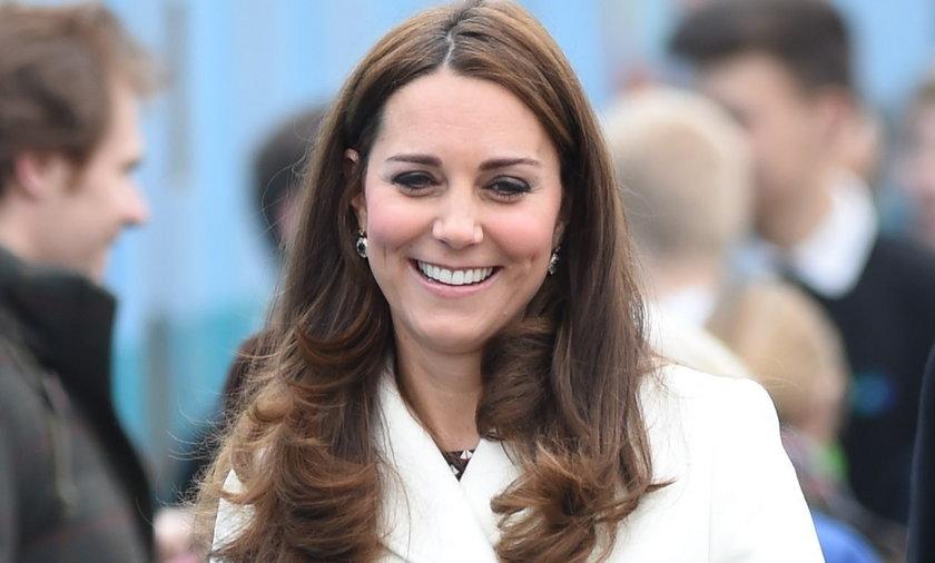 Księżna Kate w białym płaszczu i zaawansowanej ciąży