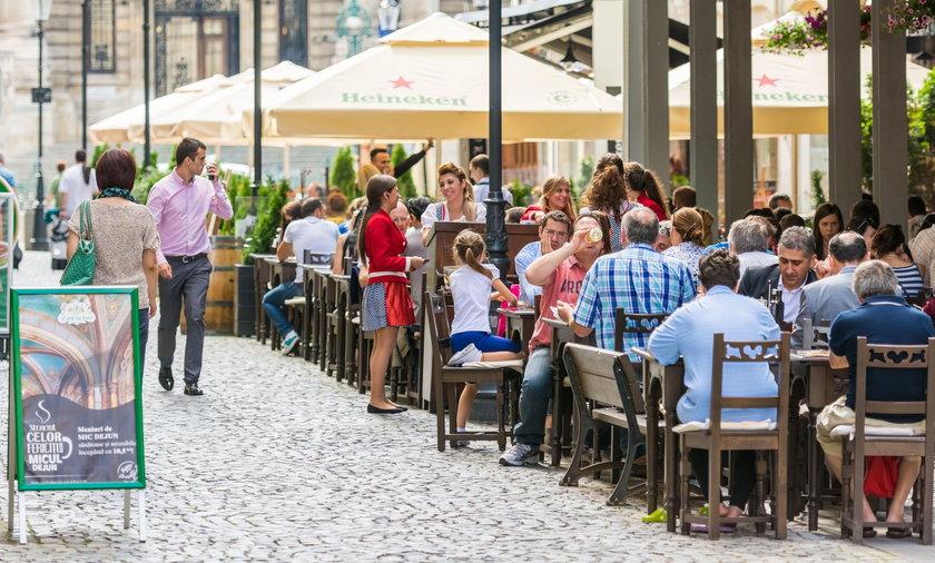 Polacy marzą o latte w kawiarnianym ogródku.