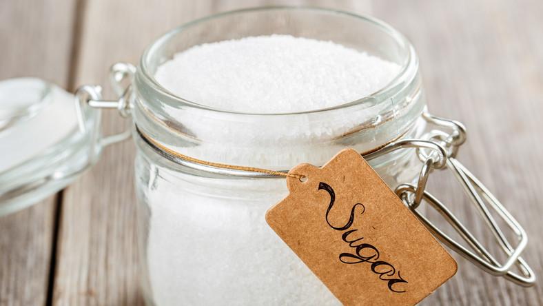 Wiele badań wykazało, ze cukier ma silne właściwości uzależniające. Po wykluczeniu go z diety można się spodziewać objawów charakterystycznych dla odstawienia substancji uzależniającej