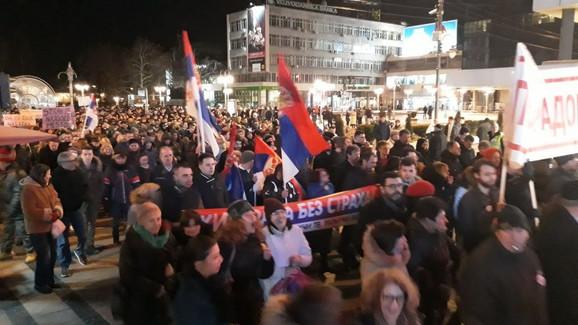 Građani su prošetali večeras ulicama Niša