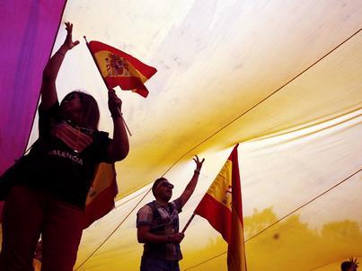 Przed ratuszem w Walencji rozwinięto ogromną hiszpańską flagę na znak poparcia dla jedności kraju