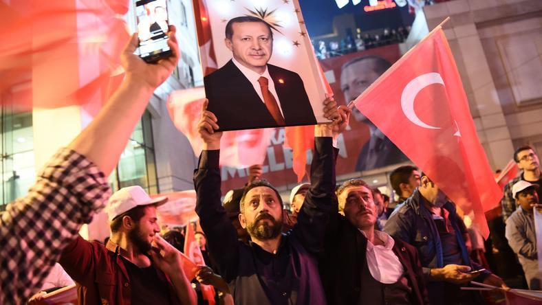 Zwolennicy Erdogana świętują na ulicach