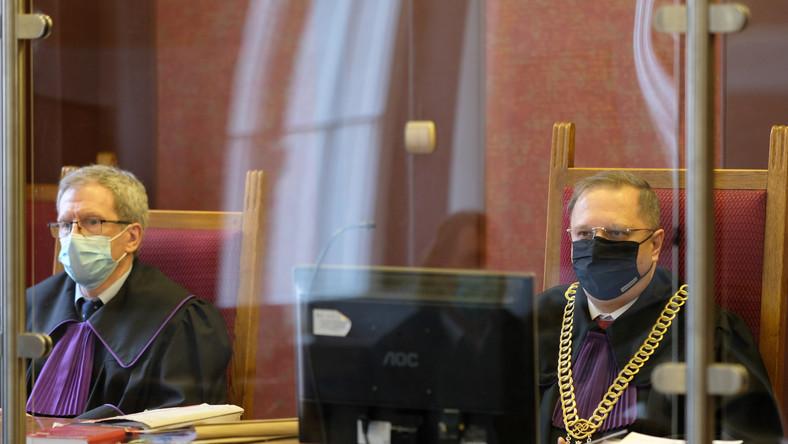 Sędziowie: Robert Kirejew (L) i Wojciech Paluch (P)