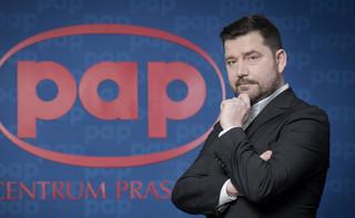 Surmacz: W PAP jest dramatycznie źle. Dziennikarze zarabiają mniej niż kasjerka Biedronki