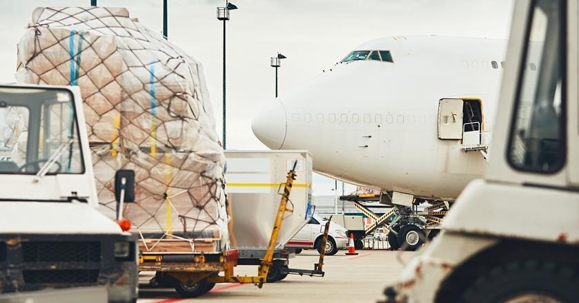 Podniebne przewozy towarów to domena nie tylko specjalnie przystosowanych samolotów cargo. W lotach rejsowych oprócz pasażerów i ich bagaży linie lotnicze również przewożą różne ładunki