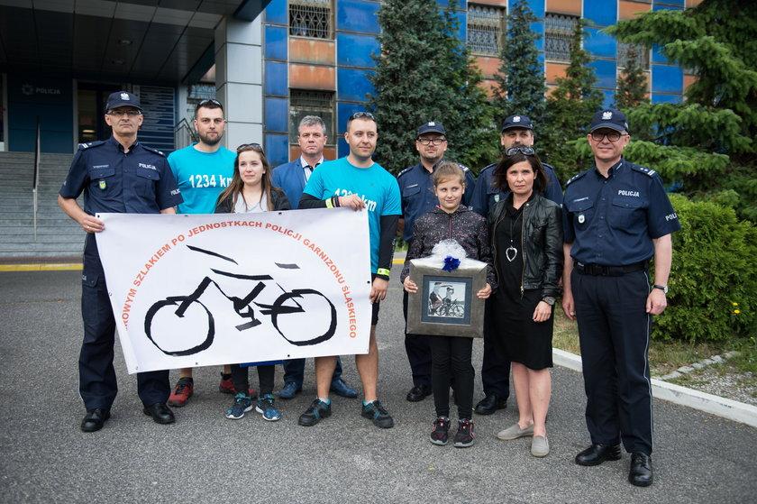 Final charytatywnej sztafety rowerowej zoorganizowanej przez policjantow .