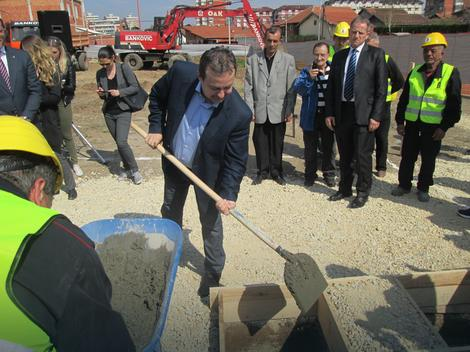 Ivica Dačić polaže kamen temeljac (arhivska fotografija)