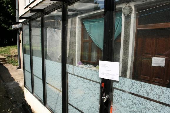 Vrata adaptiranog stana u kom su živeli ovi penzioneri