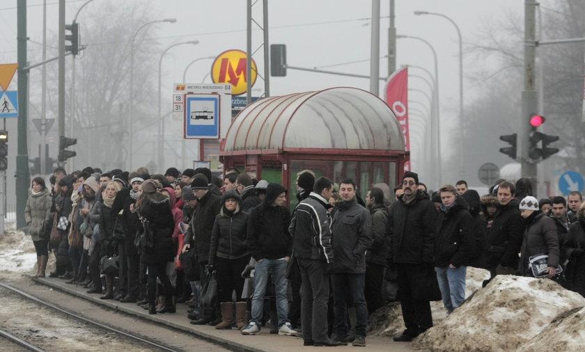 Zapchany przystanek tramwajowy na Wierzbnie