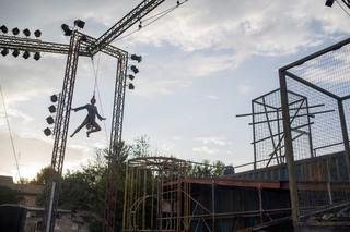 """Zmiany klimatu, migracje, nadprodukcja... Spektakl """"weLAND. PODRÓŻ DO NOWEJ ERY"""" w Lublinie"""