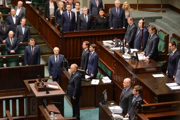 Posłowie w Sejmie minutą ciszy uczcili pamięć zmarłego prezydenta Gdańska Pawła Adamowicza