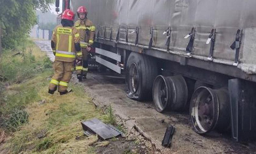Piorun trafił w ciężarówkę. Jej opony przeleciały kilkadziesiąt metrów.