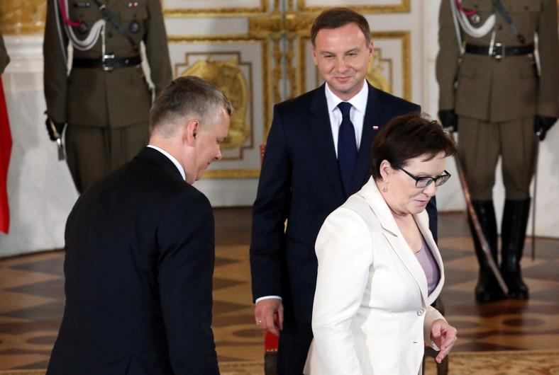 Prezydent Andrzej Duda (c) , wicepremier i minister obrony narodowej Tomasz Siemoniak (l) i premier Ewa Kopacz (p) na Zamku Królewskim w Warszawie
