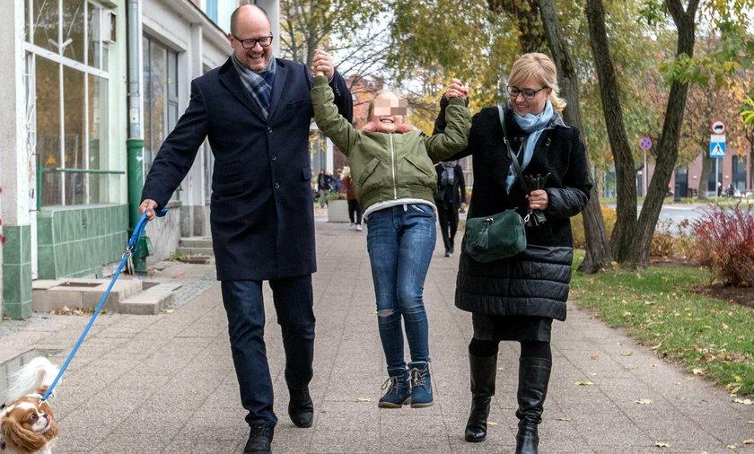 Magdalena i Paweł Adamowiczowie z córką Teresą i pieskiem Zeusem