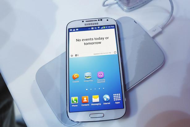 """Miejsce 12. Samsung Galaxy S4 Pomimo ponad roku """"na karku"""", Galaxy S4 wciąż bije rynkowe rekordy popularności. Nie bez powodu. To znakomity smartfon z potężnymi możliwościami. Niestety tego samego nie można powiedzieć o obudowie urządzenia. Specyfikacja: 5/6 Design: 3/6 Cena/Jakość: 4/6 Ocena: 4/6"""