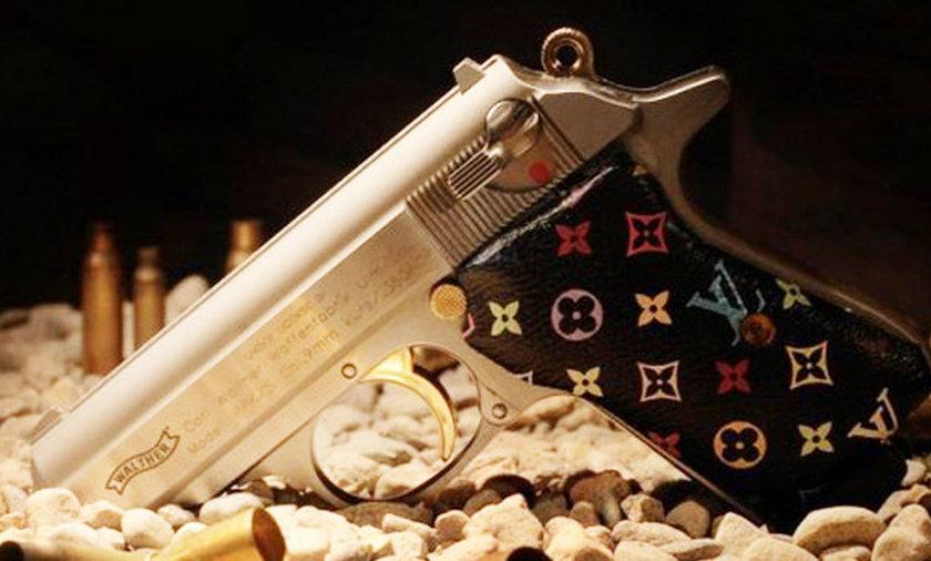 Pistolet z logo Louis Vuitton