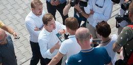 Przepychanki posłów przed wejściem na konferencję Trzaskowskiego