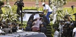 Zamieszki na pogrzebie znanego muzyka. Fani zbezcześcili ciało