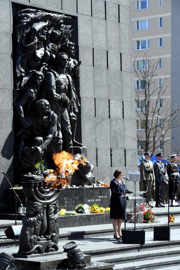 Warszawa, 19.04.2018. Ambasador Izraela Anna Azari podczas uroczystości przed Pomnikiem Bohaterów Getta w Warszawie