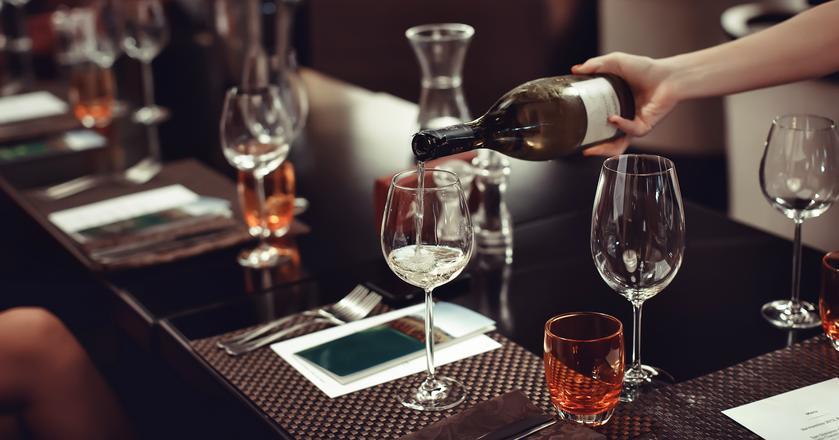Jak serwować wina i z jakimi potrawami najlepiej je połączyć?