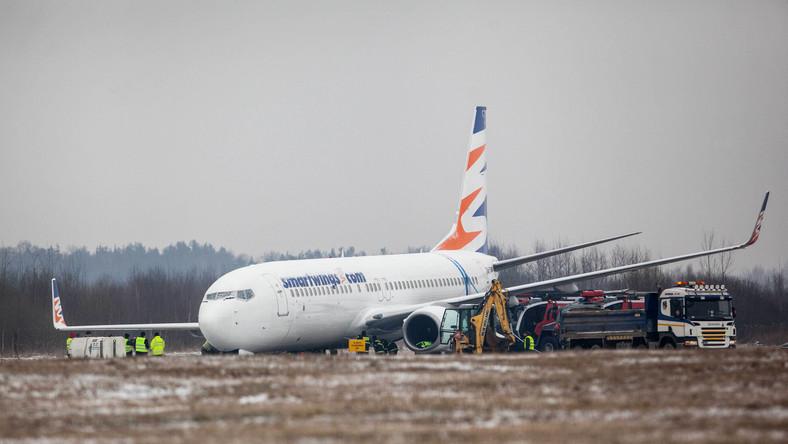 """""""Boeing 737-800 podchodził do lądowania od strony wschodniej. Samolot przyziemił, nie wyhamował i na końcu drogi startowej dwoma kołami wypadł z pasa. Grunt w tym miejscu jest miękki. Golenie są wbite w ziemię na blisko pół metra"""" - mówi na gazeta.pl Piotr Adamczyk z biura prasowego lotniska w Pyrzowicach."""