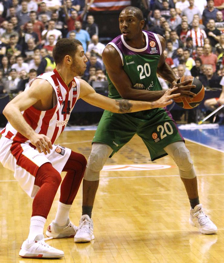 Demarkus Nelson u duelu sa bivšim saigračem iz Zvezde Stefanom Jovićem