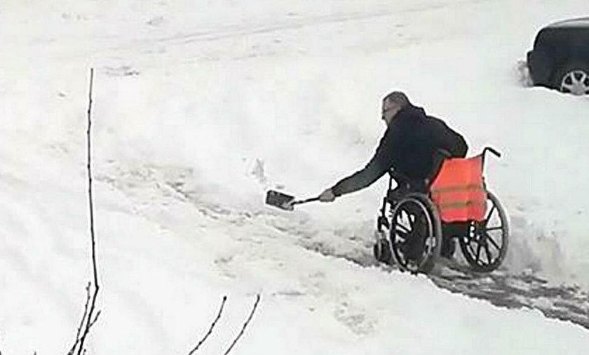 Mężczyzna na wózku musiał odśnieżać