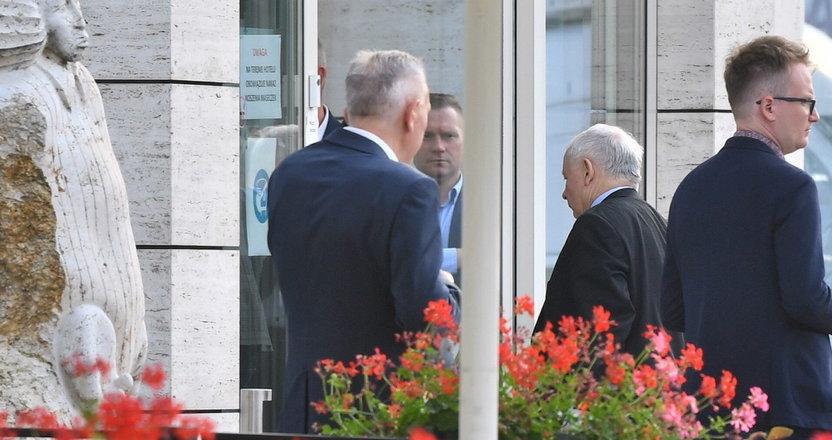 Wyciekło, co prezes Kaczyński mówił na zamkniętym spotkaniu PiS. Wymowna nieobecność ważnego polityka [DUŻO ZDJĘĆ]