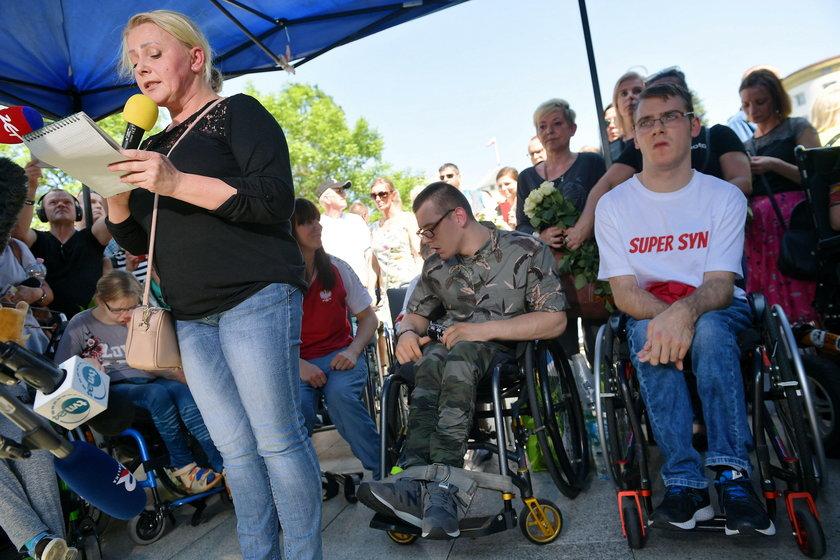"""Tak męczyli się niepełnosprawni w Sejmie. """"Jedna toaleta na wszystkich"""""""