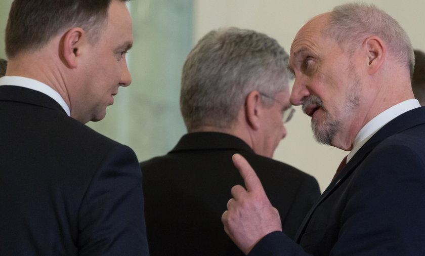 """Macierewicz uderza """"teczkami"""" w ludzi prezydenta?"""