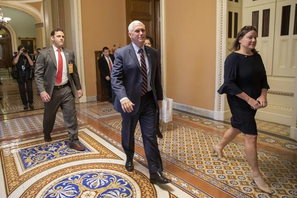 U slučaju opoziva, Majk Pens bi postao predsednik i mogao bi postaviti Trampa za svog potpredsednika