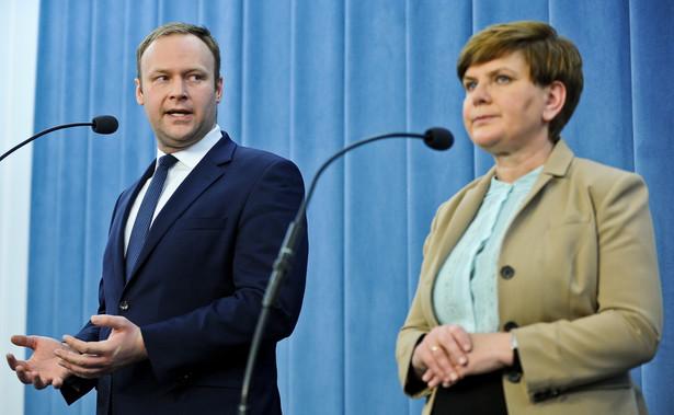 Rzecznik prasowy PiS Marcin Mastalerek i wiceprezes PiS Beata Szydło podczas konferencji prasowej w Sejmie