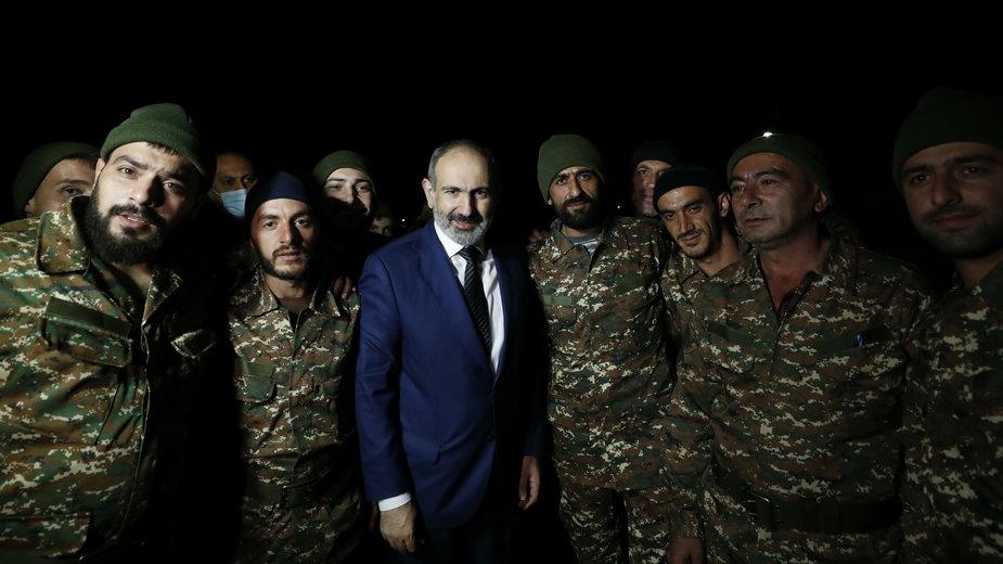 """Nikol Paszynian (w środku) odrzuca żądania armii, które nazywa """"zamachem stanu"""""""
