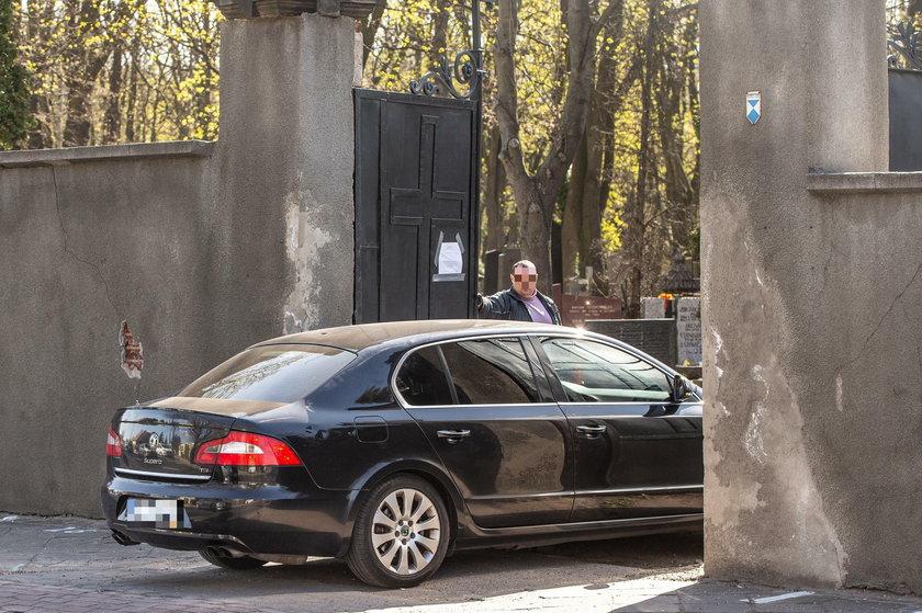 Prezes PiS wjeżdża na cmentarz