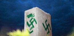 """Swastyki w Jedwabnem i napis: """"Byli łatwopalni"""""""
