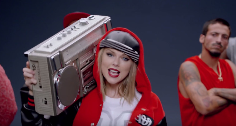 "Taylor Swift w klipie do ""Shake It Off"" (screen z klipu)"