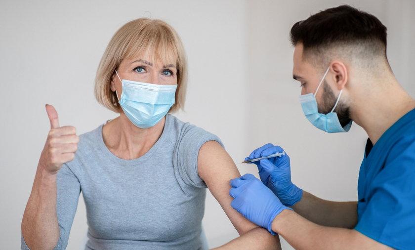 Rząd planuje organizację loterii szczepionkowej.