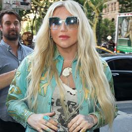 Kesha w miętowej stylizacji na ulicy. Co ona na siebie założyła?!