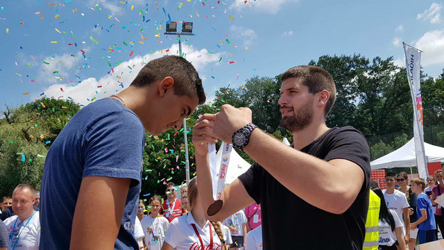 Đorđe Gagić, košarkaš Partizana i reprezentacije Srbije nagrađuje najbolje medaljama