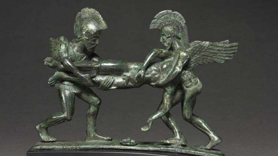 Sztuka etruska, 400–375 p.n.e. Hypnos (bóg snu) i Tanatos (bóg śmierci) niosą ciało Sarpedona, syna Zeusa, zabitego pod Troją przez Patroklosa.