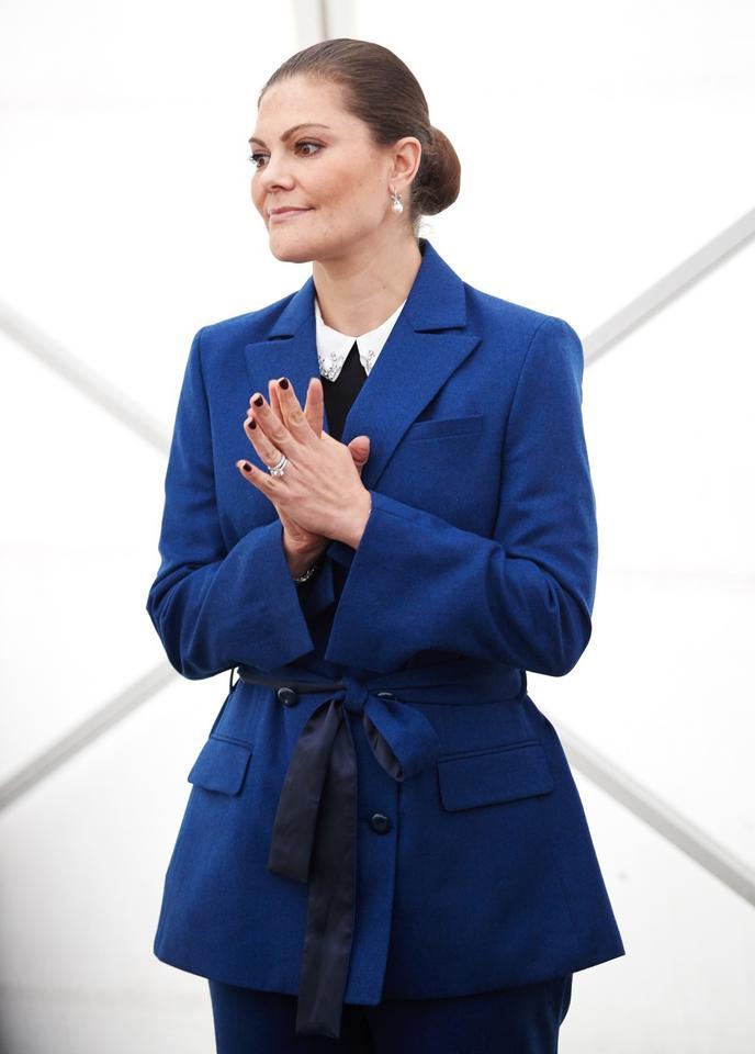 Księżniczka Wiktoria w kobaltowym garniturze