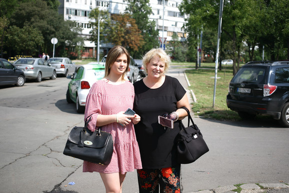 Sara Vidak sa majkom nakon dolaska u Srbiju