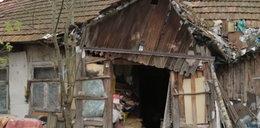 Mieszkają w ruderze razem z kurami. Potrzebują nowego domu