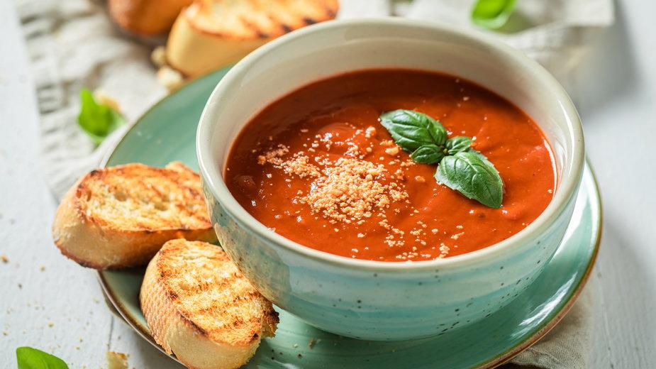 Krem z pomidorów można podawać z grzankami lub groszkiem ptysiowym - shaiith/stock.adobe.com