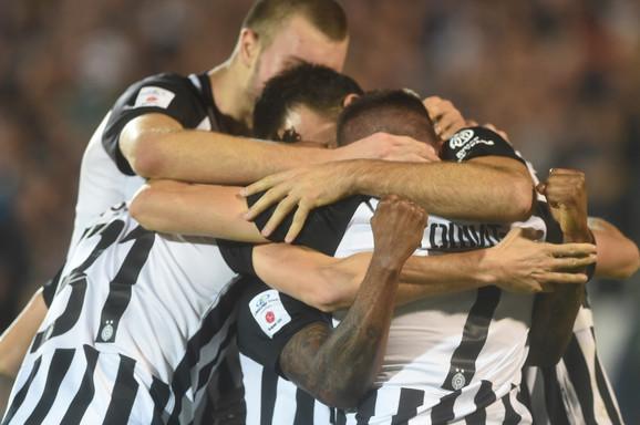 Slavlje fudbalera Partizana posle pobede nad Zvezdom