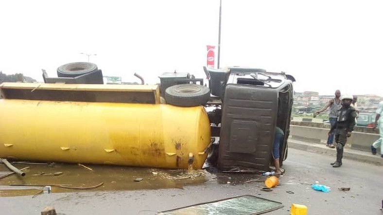 The septic tank truck fell on Monday, August 26, 2019 [Twitter@TunjiDisu1]