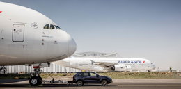 Holowali samolot przy użyciu zwykłego auta!
